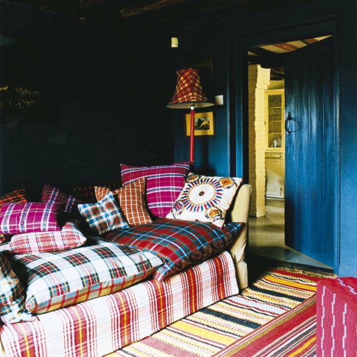 retro-wohnzimmer-sofa-mit-dekokissen - vintage wohnen