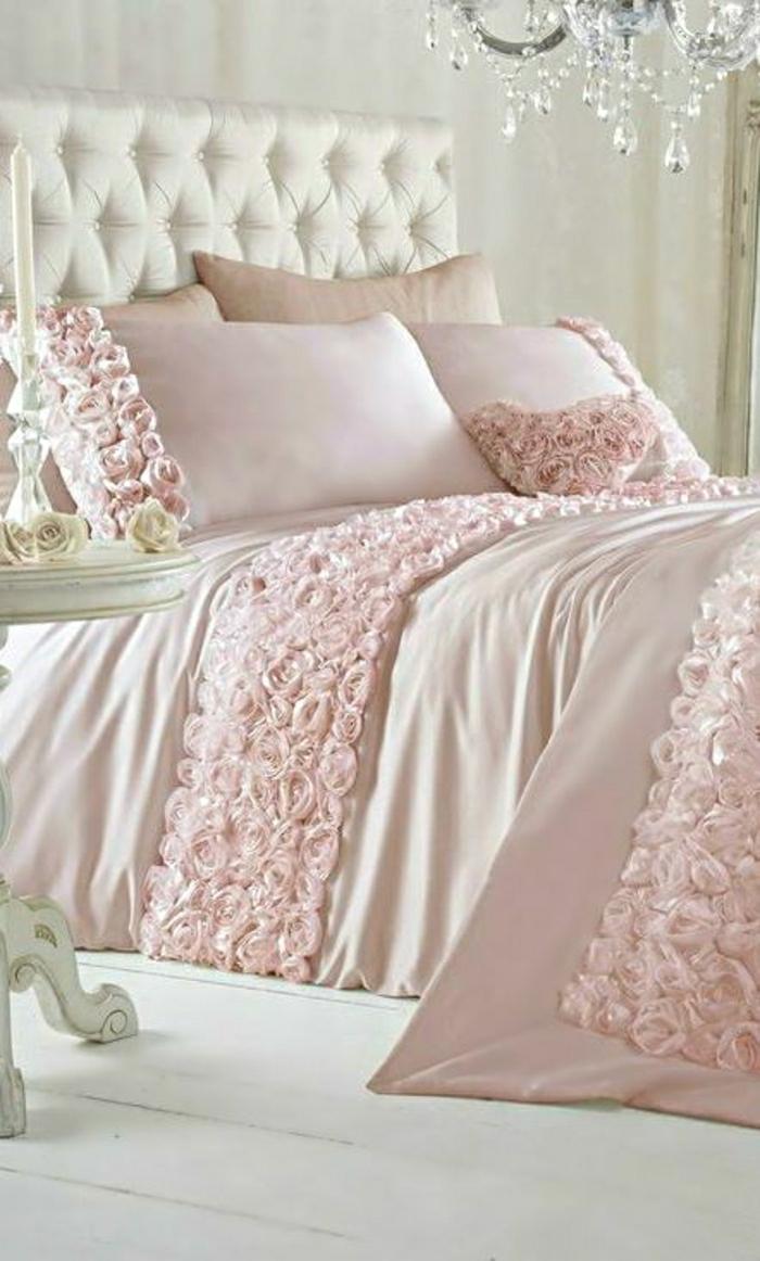 romantische-Bettwäsche-rosa-Rosen-Dekoration-beige-golden-Kronleuchter-Kristalle