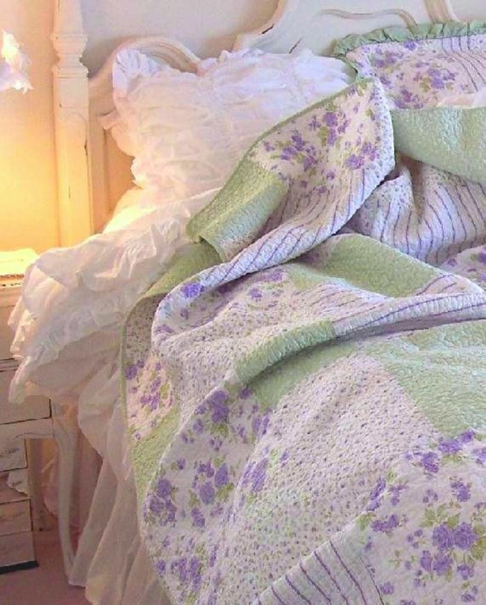 romantisches-Schlafzimmer-Bettwäsche-weiß-lila-grün