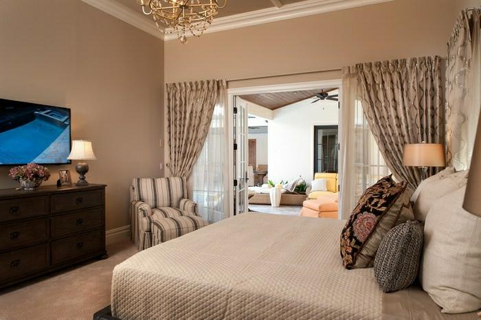 romantisches-Schlafzimmer-Wandfarbe-Cappuccino-LED-Tv-goldener-Kronleuchter