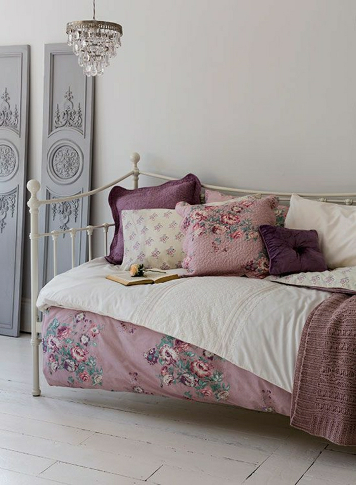 romantisches-Schlafzimmer-vintage-Bettwäsche-liöa-rosa-Kronleuchter-Kristalle