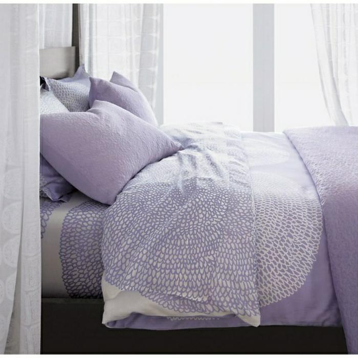 romantisches-Schlafzimmer-weiße-Gardinen-Bettwäsche-weiß-Lavendel-Farbe