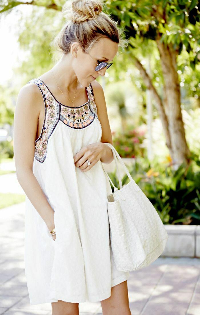 romantisches-Sommerkleid-weiß-Ornamente-Tasche-Sonnenbrille