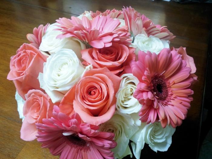 rosa-gerberas-rosen-blumendeko-blumenstrauß-ideen-für-dekoration-mit-blumen-
