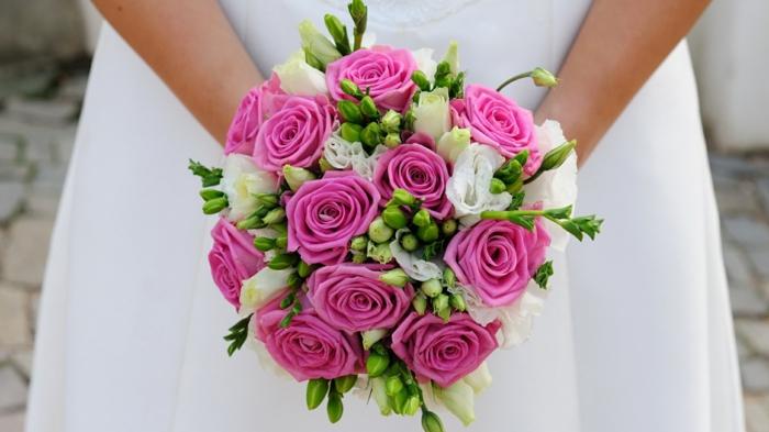 rosa-und-weiße-rosen-brautstrauß-blumendeko-blumenstrauß-ideen-für-dekoration-mit-blumen-