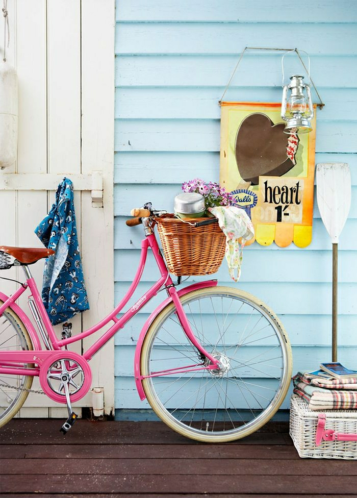 rosa-vintage-Fahrrad-Korb-Blumen-Schal-Schlafdecke-Bücher-Laterne