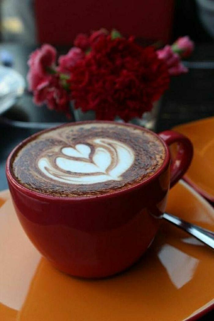 rote-Cappuccino-Tasse-rote-Blumen
