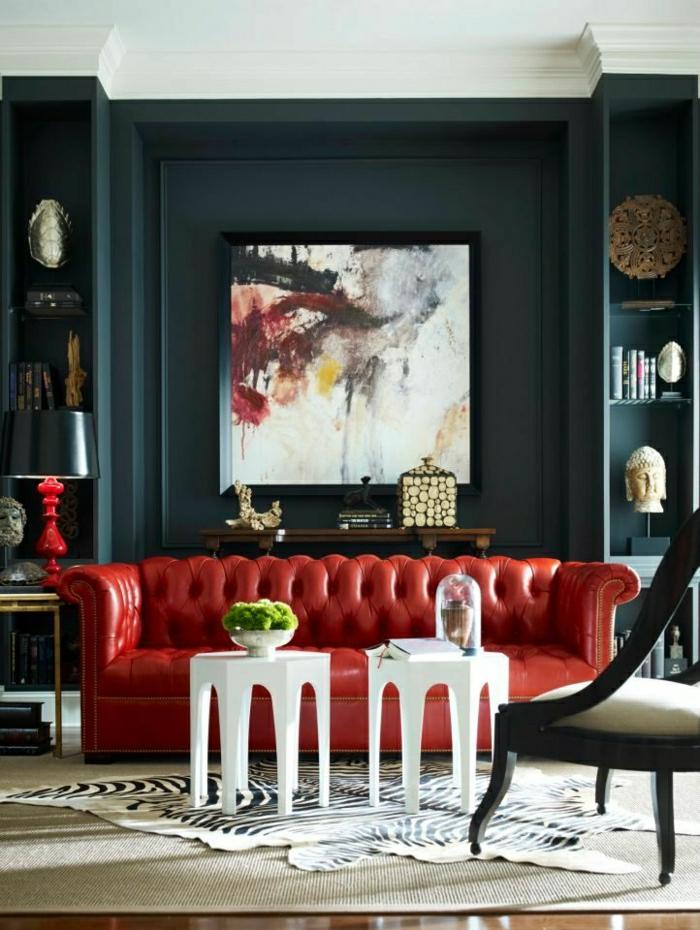 rote-Chesterfield-Couch-weiße-Couchtische-Tierhaut-abstraktes-Bild