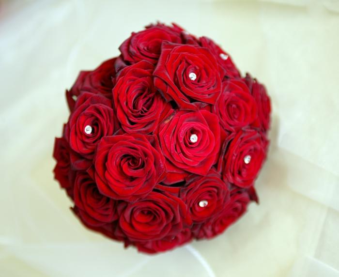 rote-rosen-blumendeko-blumenstrauß-ideen-für-dekoration-mit-blumen-