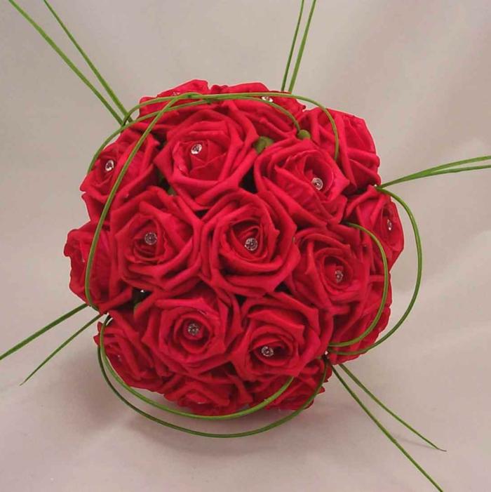 -rote-rosen-blumendeko-blumenstrauß-ideen-für-dekoration-mit-blumen-
