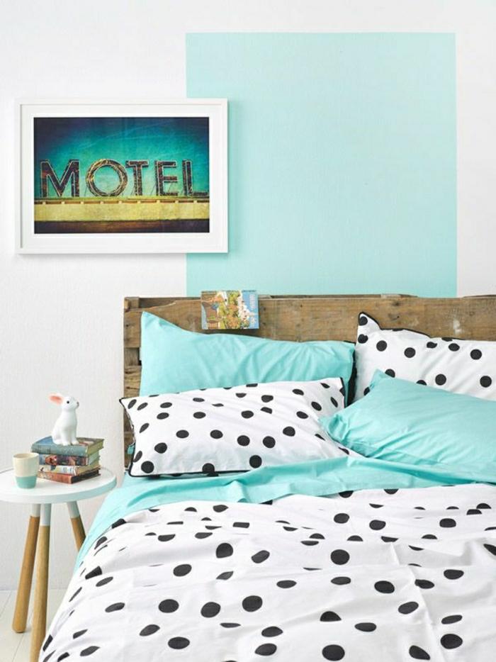 schöne-Bettwäsche-Polka-Dots-Minze-Farbe-Kissen-Bild-Hase-Figurine-Hocker-Nachttisch