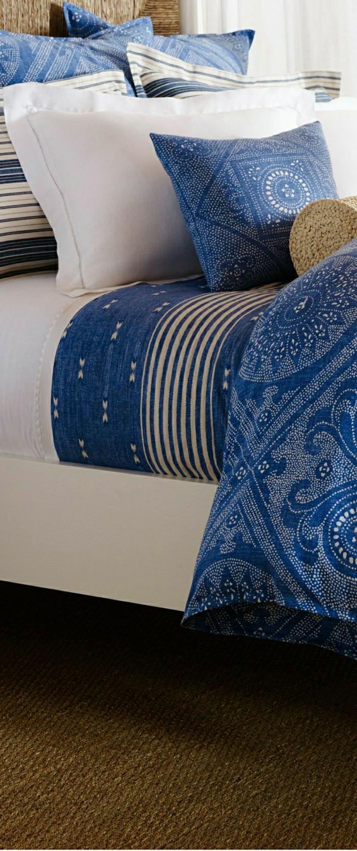 schöne-Boho-Chic-Bettwäsche-blau-weiß-Rattanbett-Teppich