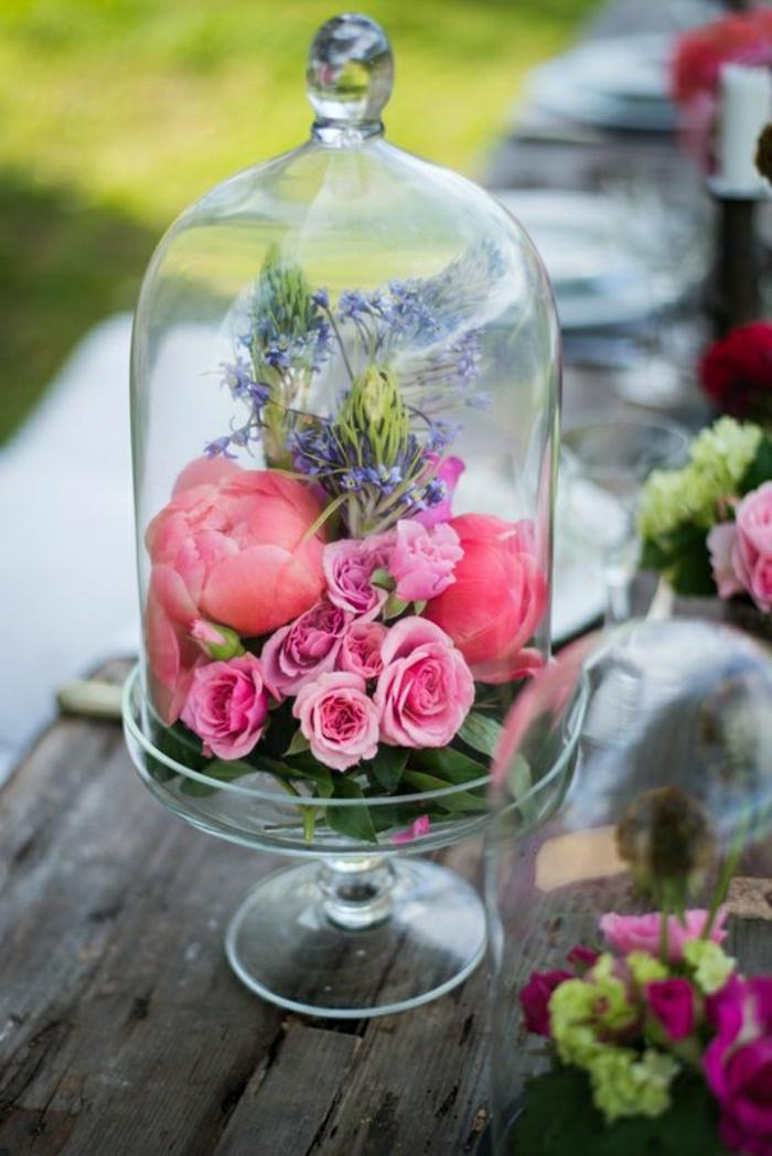 süße Tischdekoration aus Rosen und Pfingstrosen