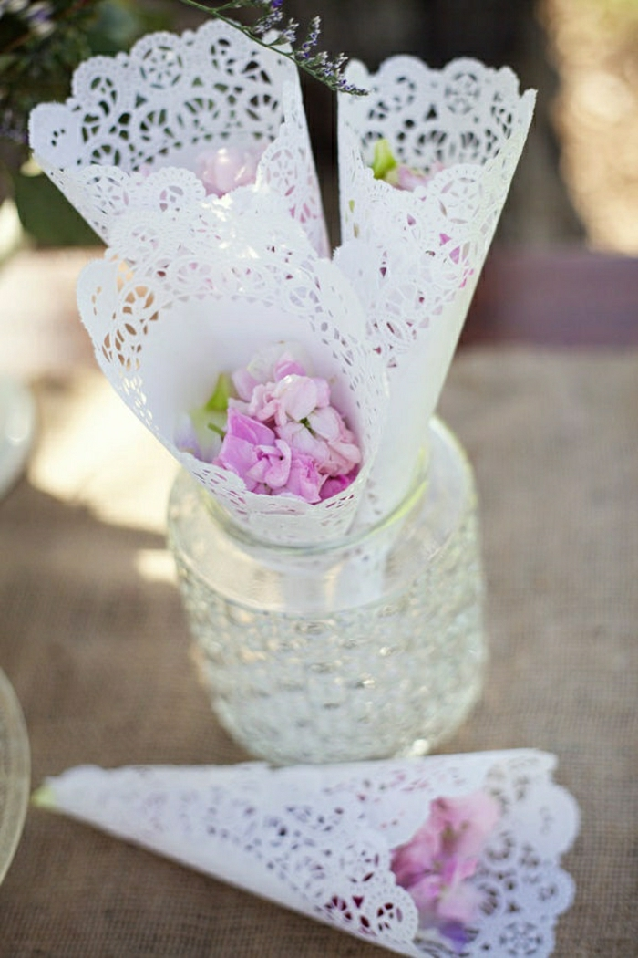schöne-Kornette-Hochzeit-lila-Rosenblätter-Konfetti