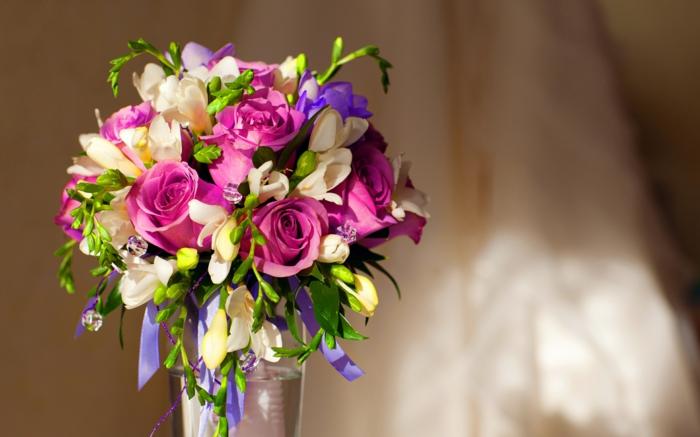 schöne-deko-mit-blumen-blumenstrauß-mit-wunderschönen-blumen-dekoration