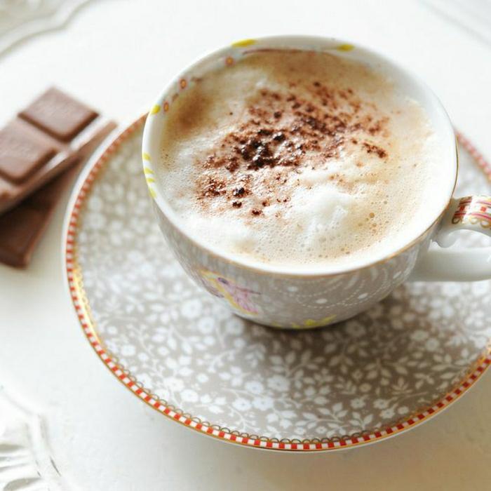 schöne-graue-Cappuccino-Tasse-Blumen-Dekoration-Schokolade