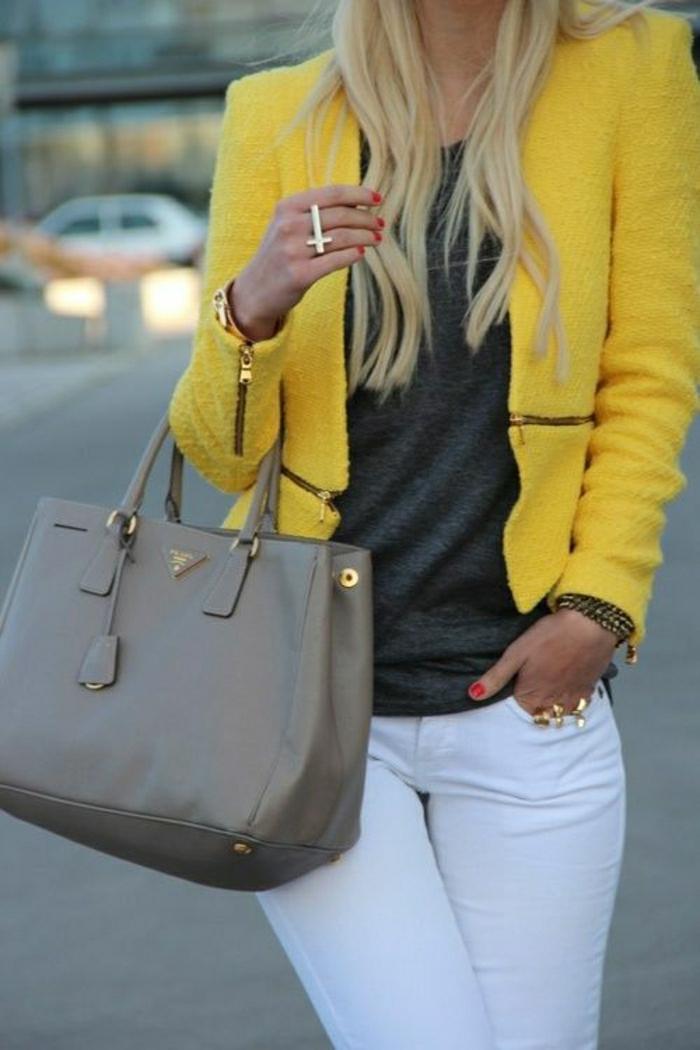 schöner-Outfit-felbes-Sakko-weiße-Hosen-graues-Modell-Designer-Tasche-Prada