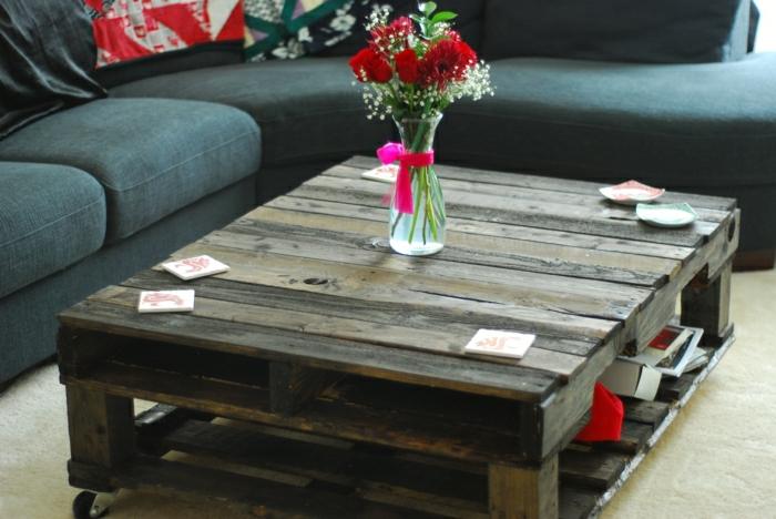 schöner-tisch-aus-europaletten-wohnzimmer-gestalten-wohnzimmer-ideen-wohnzimmer-einrichten-paletten-tisch-europalette-möbel-