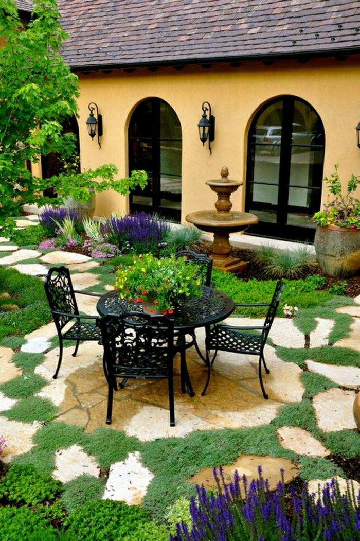 schönes-Haus-Garten-Tisch-Stühle-Schmiedeeisen-Blumen-Gartenbrunnen