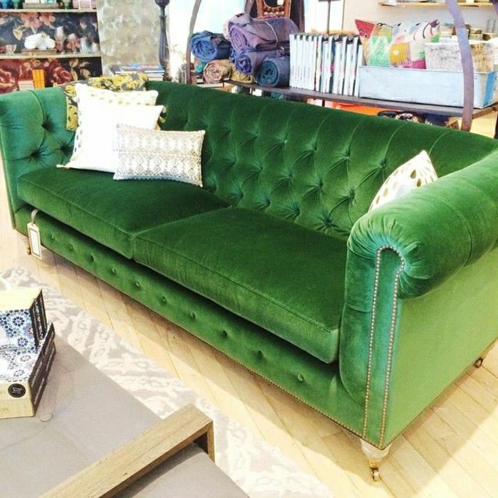schönes-grünes-Chesterfield-Sofa-Samt-weiße-Kissen