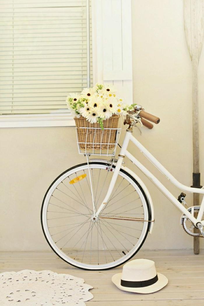 schönes-weißes-vintage-Fahrrad-Korb-Gänseblümchen-Rolladen-Hut