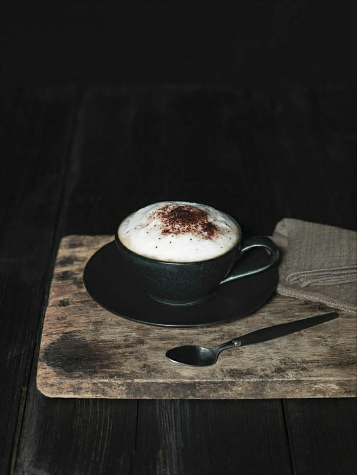 schwarze-Cappuccino-Tasse-rustik