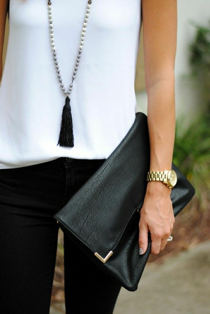 schwarze-Clutch-Armbanduhr-Kette-weißer-Top-schwarze-Hosen