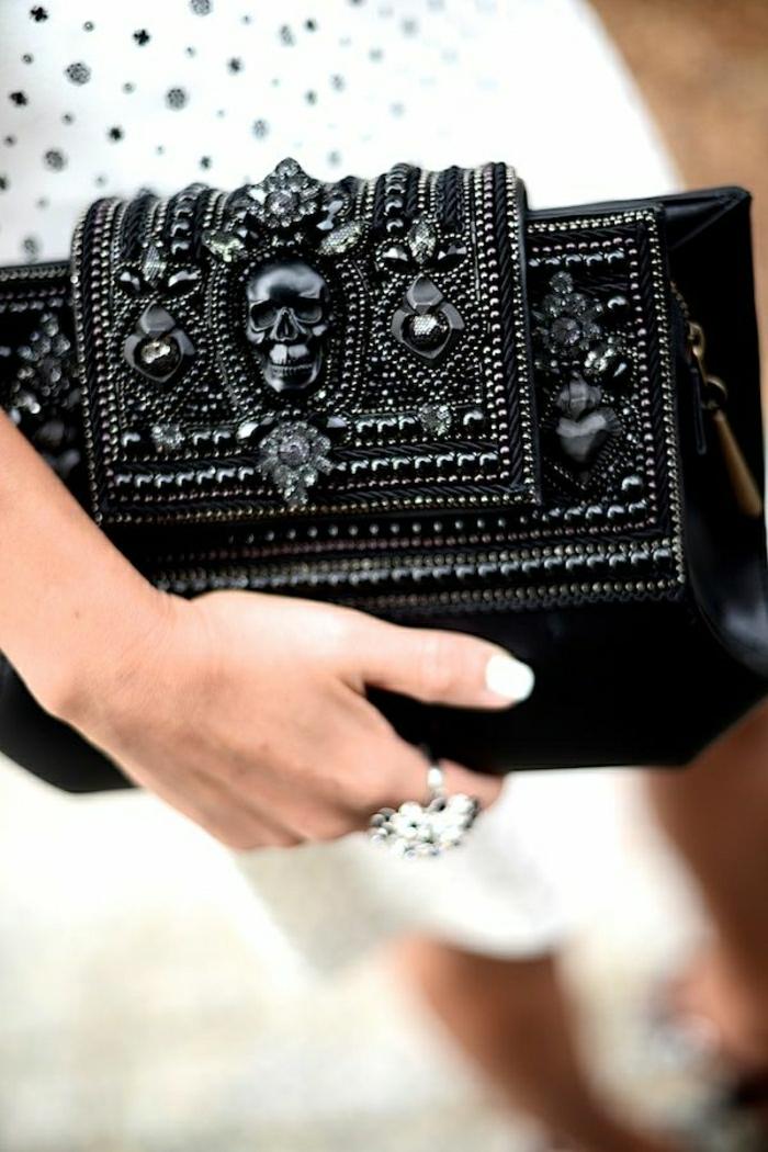 schwarze-Clutch-schick-dekorative-Steine-elegant