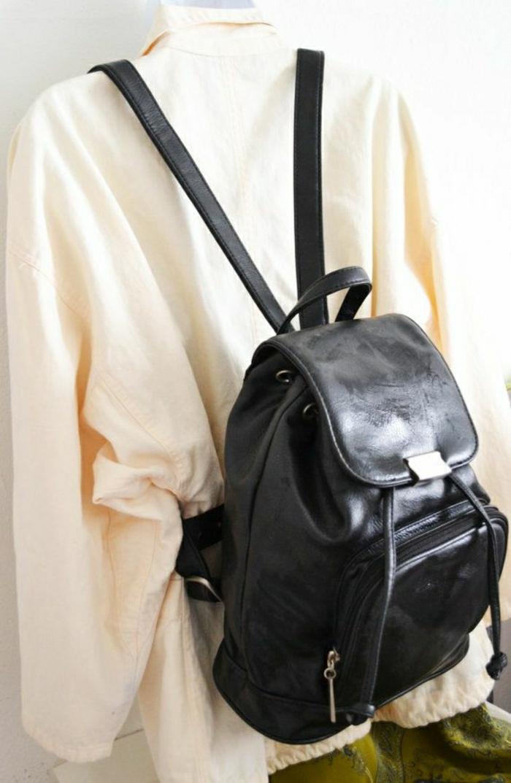 schwarzer-Leder-Rucksack-Damen-Mode