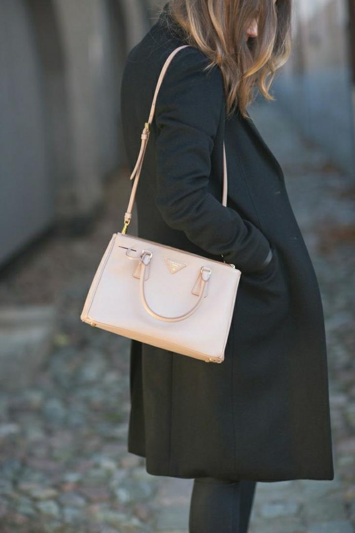 schwarzer-Winter-Mantel-rosa-Tasche-Prada