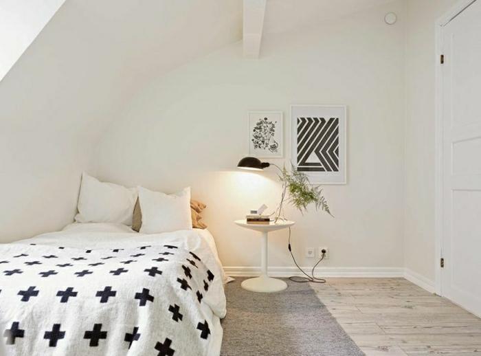 schwedische-Wohnung-weißes-Schlafzimmer-schwarze-Elemente-skandinavisches-Interieur-minimalistisch-Dachschräge