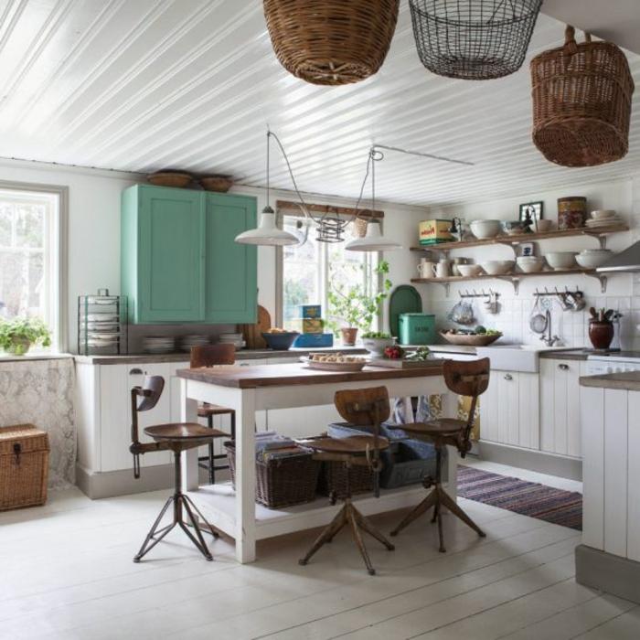 shabby-chic-küche-hängende-körbe-als-dekoration