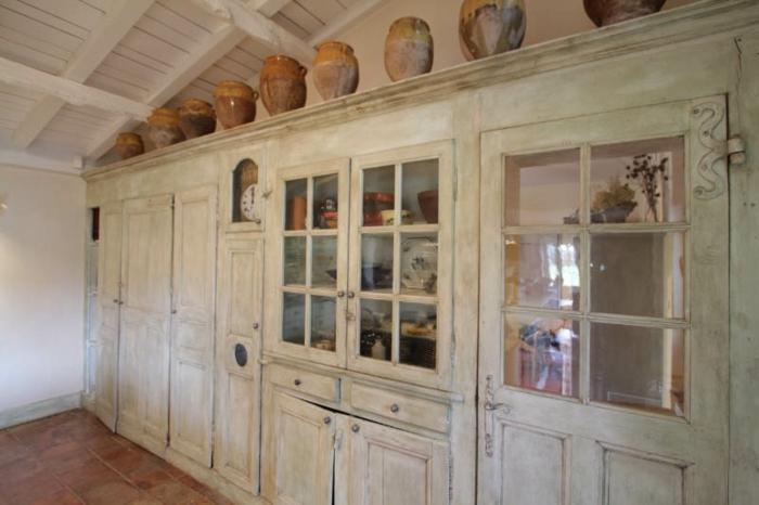 shabby-chic-küche-teller-als-dekoration-auf-den-weißen-schränken