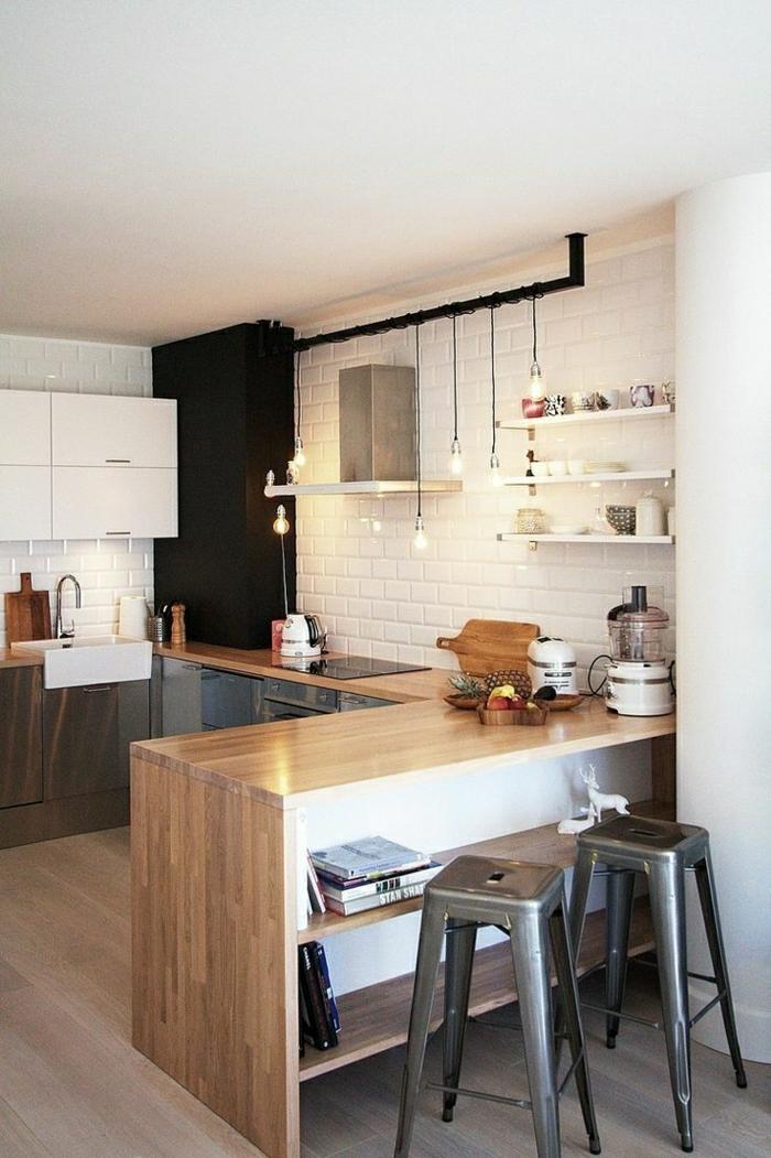 skandinavische-Wohnung-Küche-weiße-Ziegelwände-hölzerne-Tischplatten