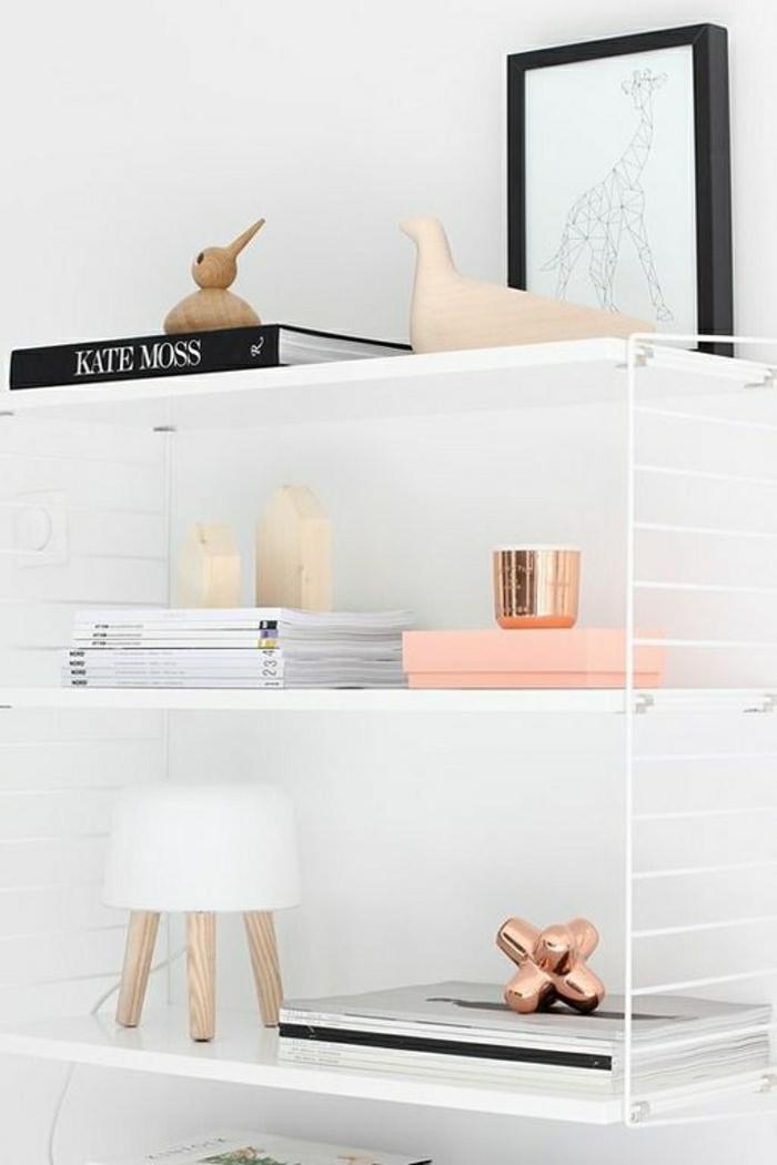 skandinavisches-Interieur-Bücherregale-Bücher-Lecuhte-hölzerne-Figuren