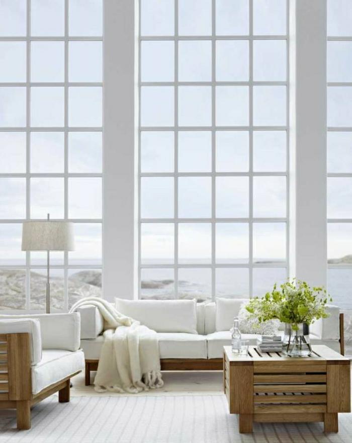 skandinavisches-Wohnzimmer-breit-hoch-weiß-hölzerne-Möbel-simpel