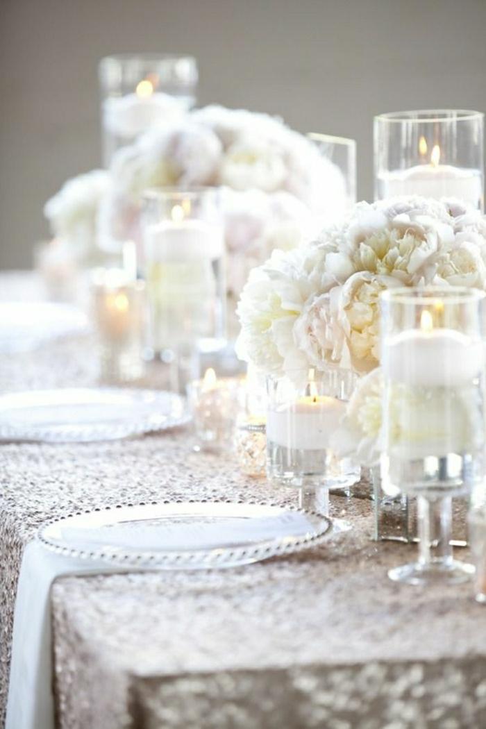 stilvolle-Tisch-Dekoration-weiße-Blumen-Kerzen