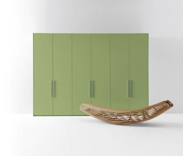 stylische-garderobe-grüne-farbe