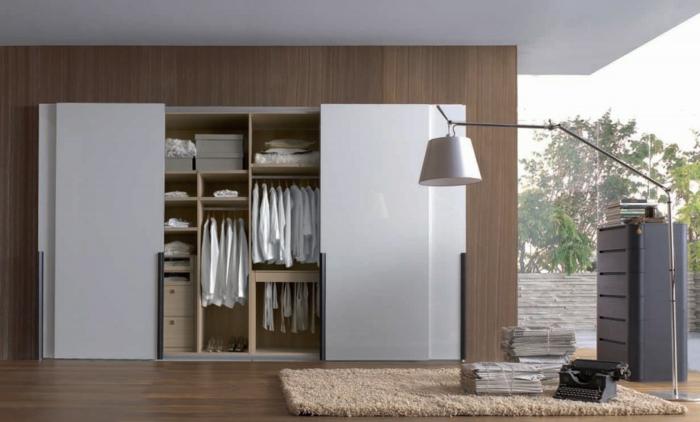 stylische-garderobe-großes-interessantes-design