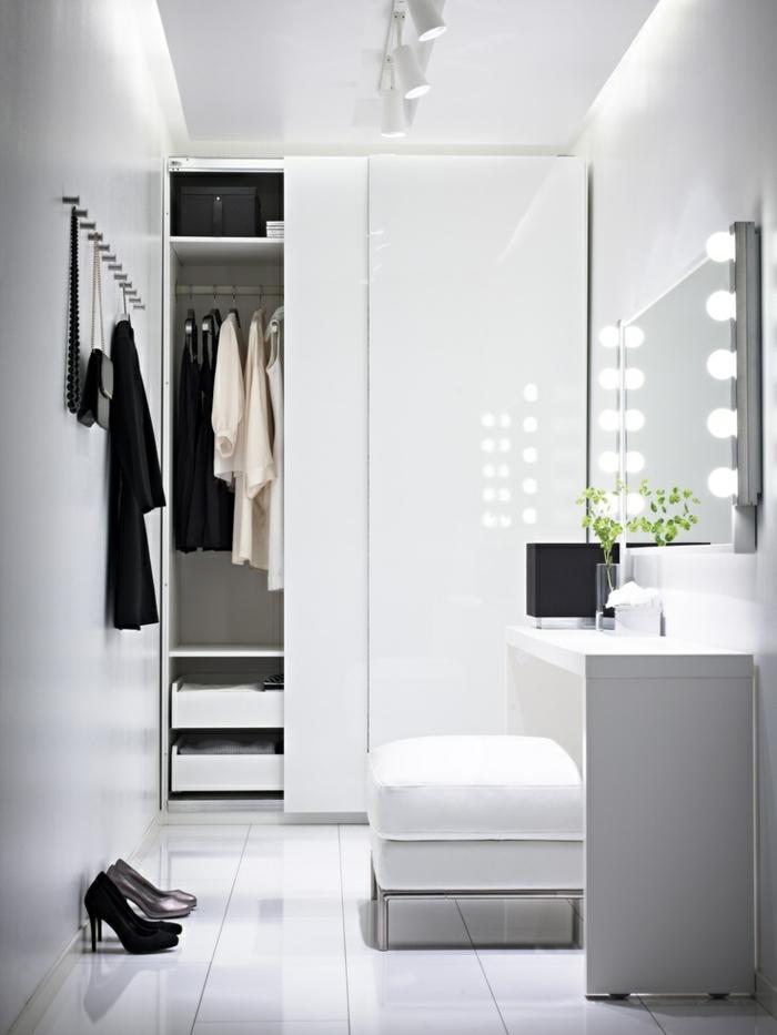 stylische-garderobe-schönes-weißes-interieur