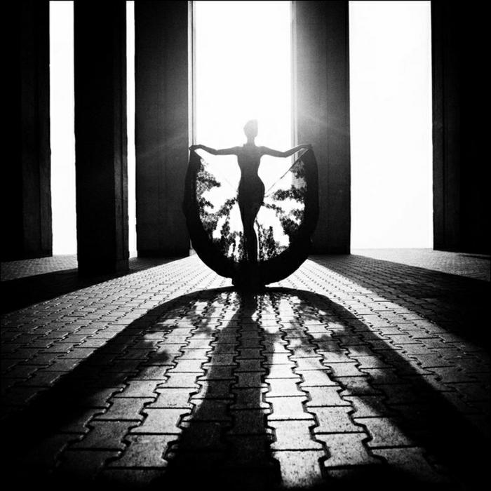 sxchwarz-weiß-Foto-Frau-Fächer-Kleid-Sonnen-Strahlen