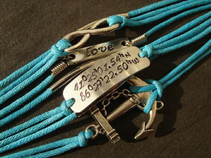 türkisblaue-Armbänder-mit-Gravur-Koordinaten