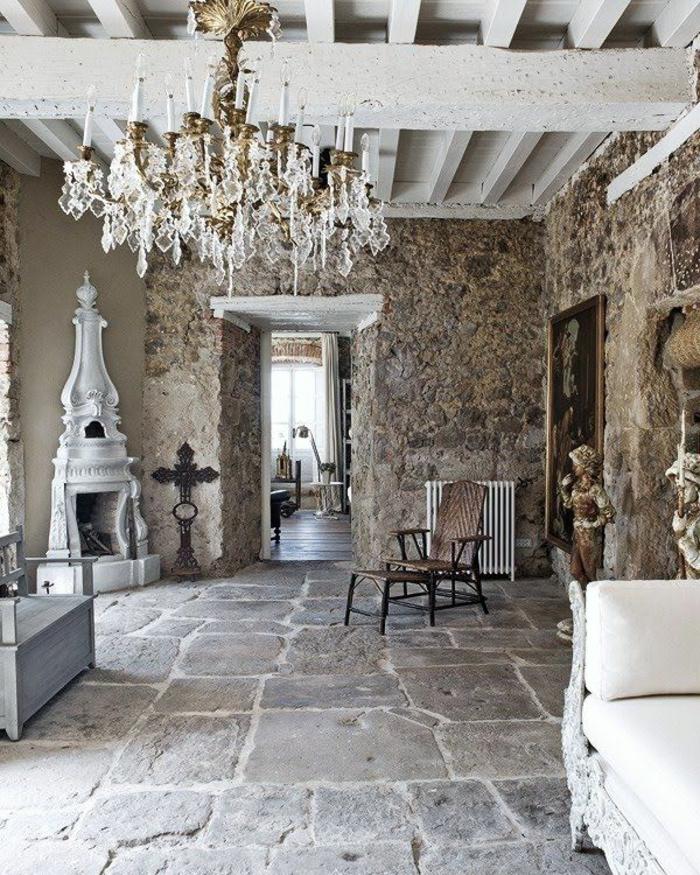 terrassenboden-aus-stein-cooler-kronleuchter-weiße-möbel