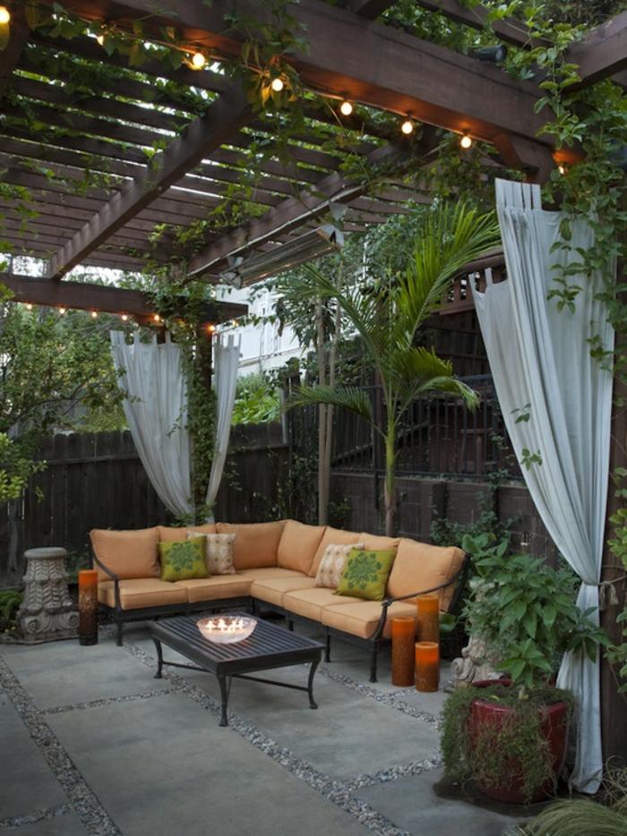 terrassenboden-aus-stein-eckiges-sofa-und-interessante-überdachung