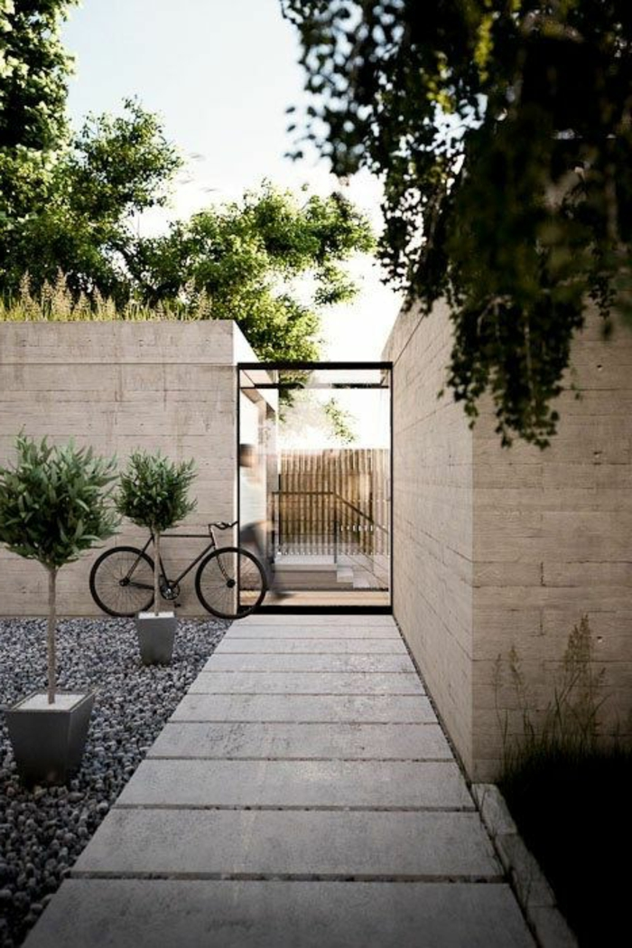 terrassenboden-aus-stein-fußpad-und-viele-grüne-pflanzen