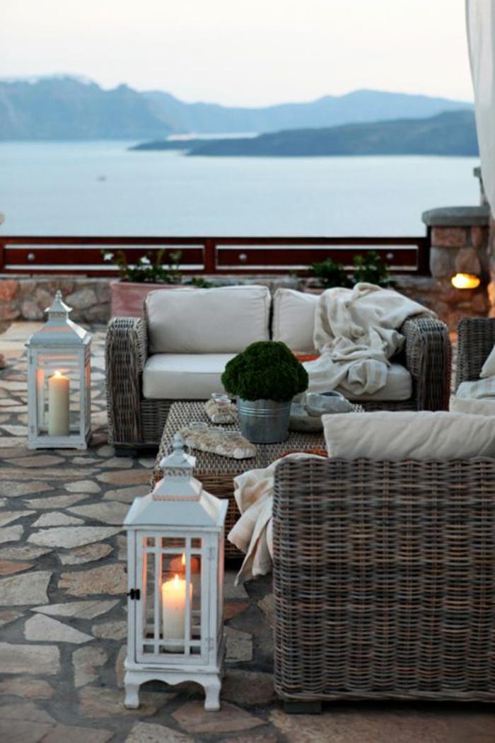 terrassenboden-aus-stein-sofas-in-taupe-farbe