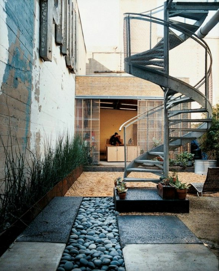 terrassenboden-aus-stein-spiralltreppen-kreative-gestaltung