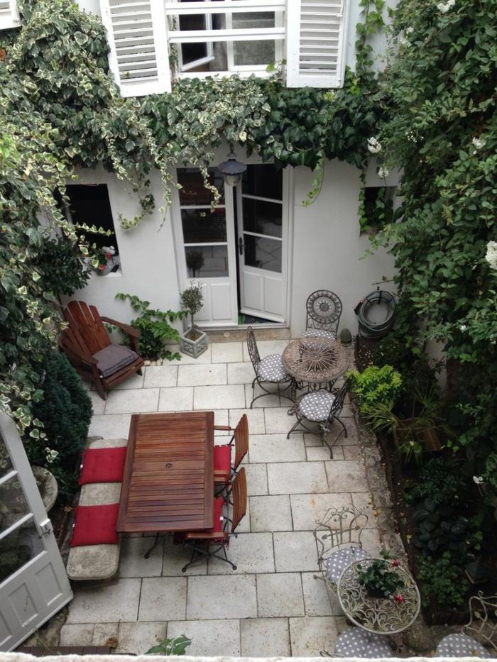 terrassenboden-aus-stein-viele-grüne-pflanzen-bild-von-oben-gemacht