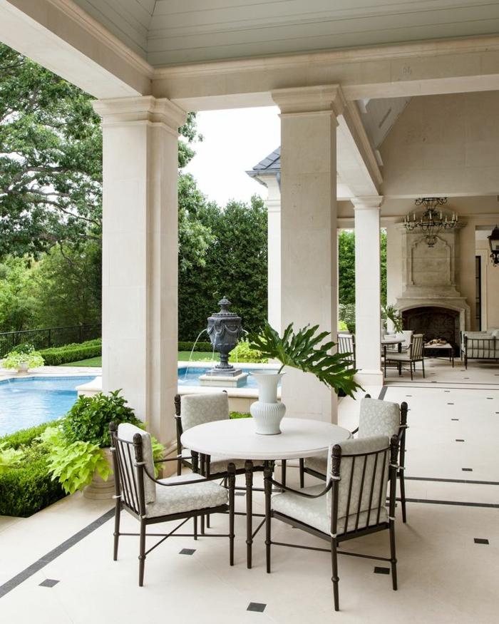 terrassenboden-aus-stein-weiße-säule-cooler-tisch