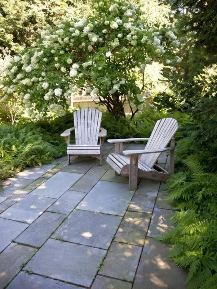 terrassenboden-aus-stein-zwei-weiße-liegestühle
